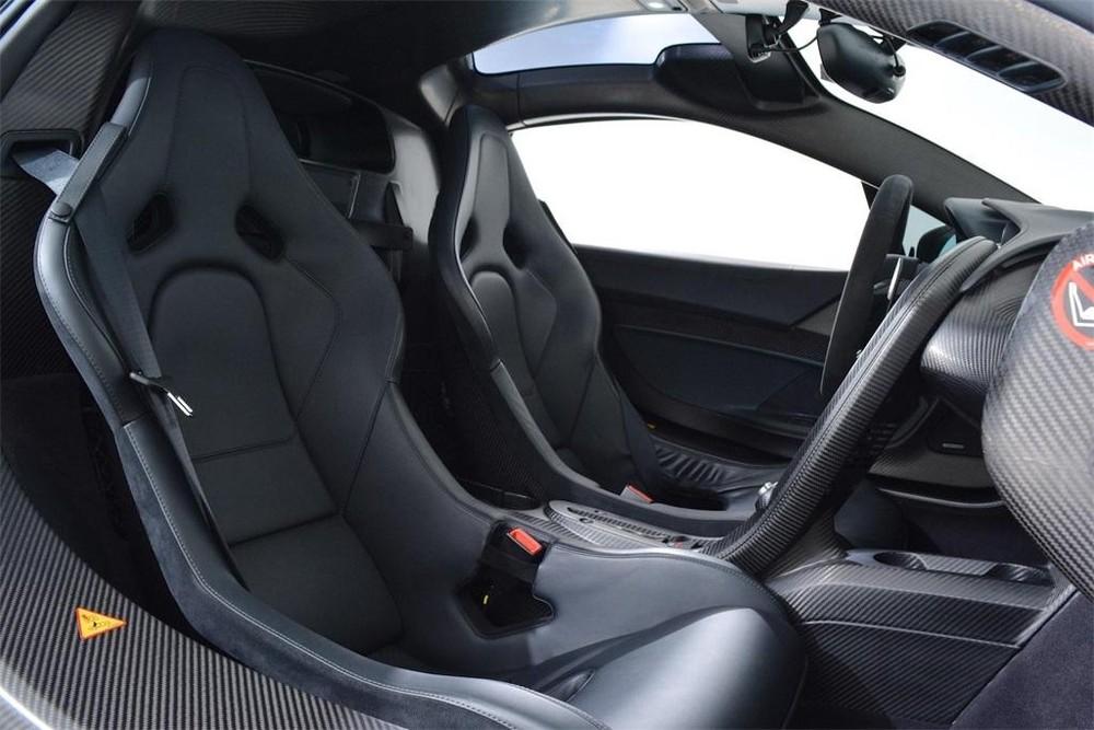 Xe có ghế ngồi bọc da màu đen cùng sợi carbon màu tối