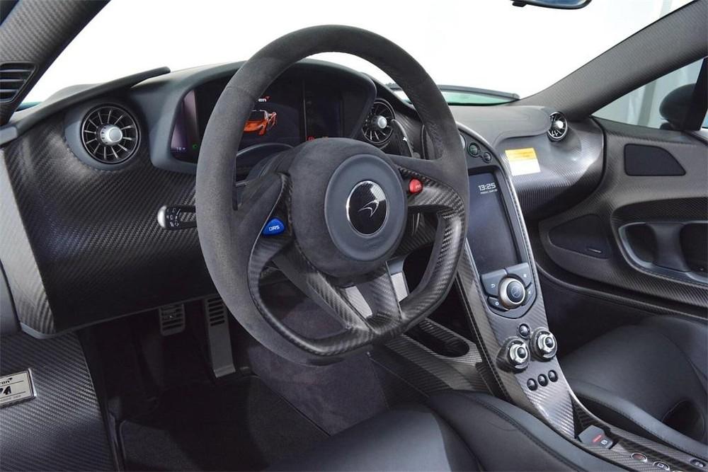 McLaren P1 sở hữu động cơ V8, dung tích 3,8 lít, tăng áp kép, sản sinh công suất tối đa 727 mã lực và mô-men xoắn cực đại 719 Nm.