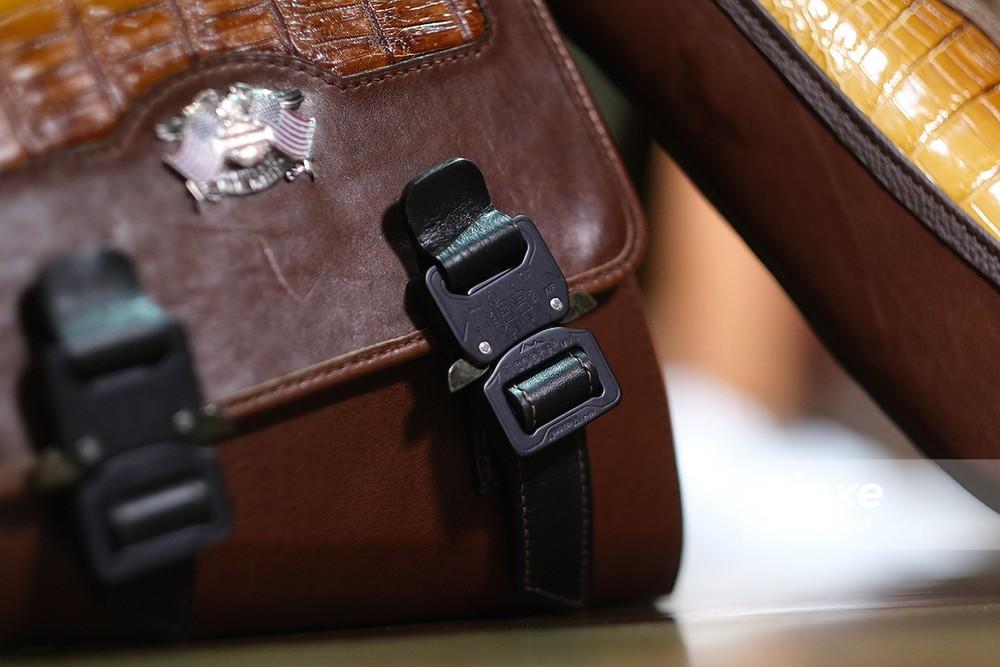 Khoá túi hông cũng đến từ thương hiệu cao cấp Cobra.