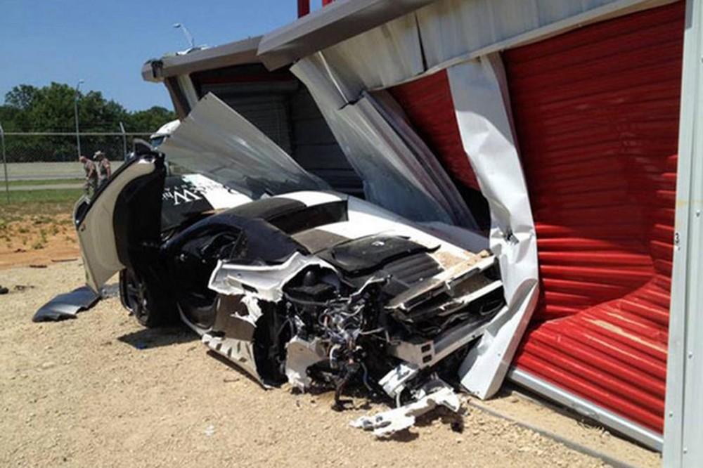 Chiếc McLaren 12C Spider tông vào nhà kho bên đường khi tham gia hành trình siêu xe Gold Rush Rally 2013