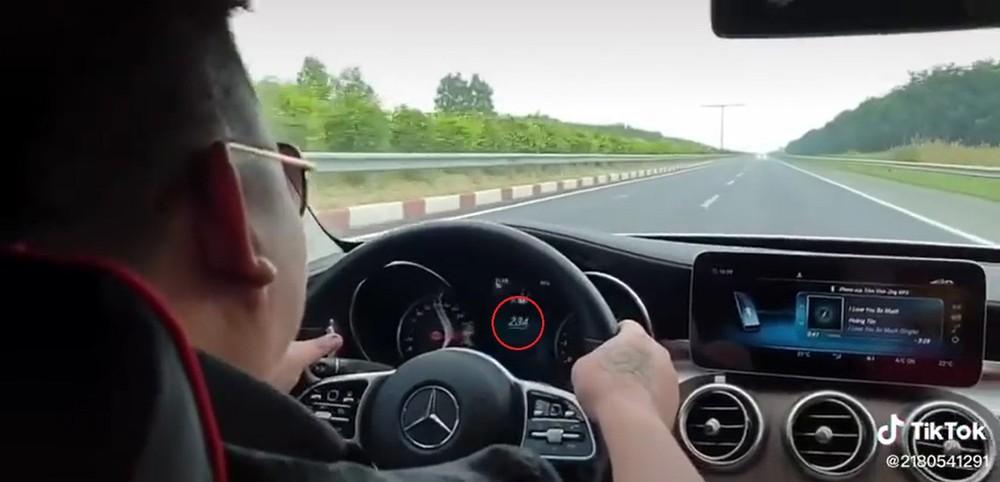 Chiếc Mercedes-Benz đạt đến vận tốc 234 km/h