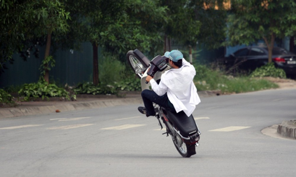 Các đối tượng bốc đầu xe, lạng lách đánh võng làm loạn trong đêm tại Hà Nội