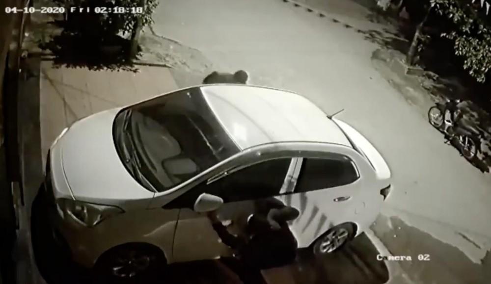 2 kẻ gian vặt gương của chiếc Hyundai Grand i10 trong nháy mắt