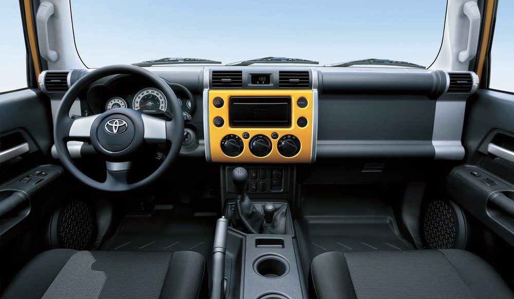 Nội thất bên trong Toyota FJ Cruiser 2020 tại UAE