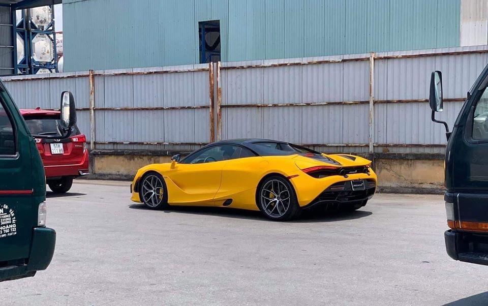 Chiếc McLaren 720S Spider với bộ áo vàng óng tuyệt đẹp