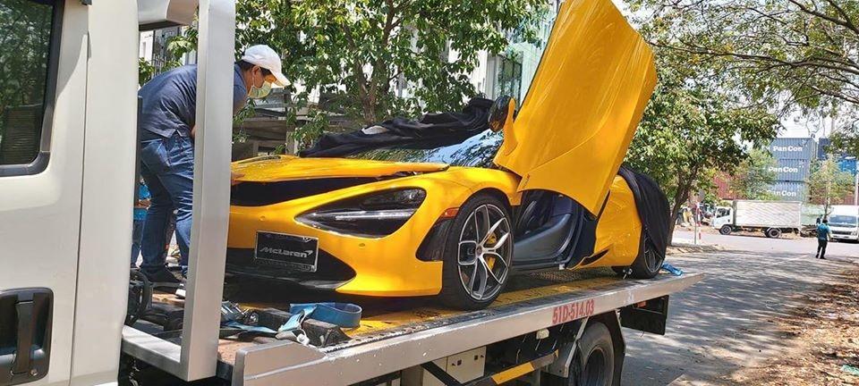 Còn đây là hình ảnh chiếc McLaren 720S Spider khi nằm trên xe chuyên dụng vào ngày hôm qua