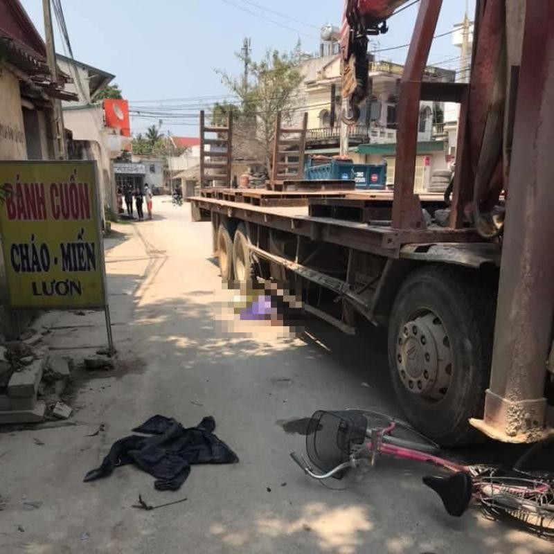Hiện trường vụ va chạm giao thông giữa xe đạp và xe đầu kéo tại Thanh Hoá vào chiều hôm qua