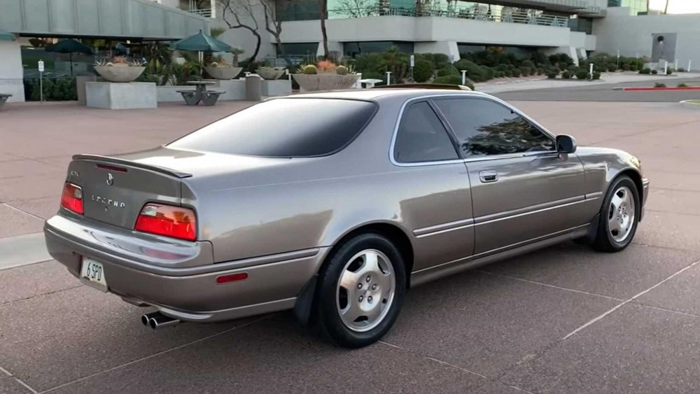 The rear of the 1994 Acura Legend LS went 921,751 km