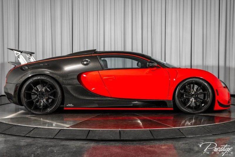 Và mới đây 1 trong 2 chiếc Bugatti Veyron Mansory Linea Vivere được sản xuất trên toàn thế giới đã được rao bán lại với mức giá 1,4 triệu đô la, tương đương 32,8 tỷ đồng. Vậy có gì đặc biệt trên chiếc Bugatti Veyron phiên bản Mansory Linea Vivere đang được chào bán này? Câu trả lời không chỉ nằm ở gói độ carbon từ trong ra ngoài mà còn ở hệ dẫn động của xe.