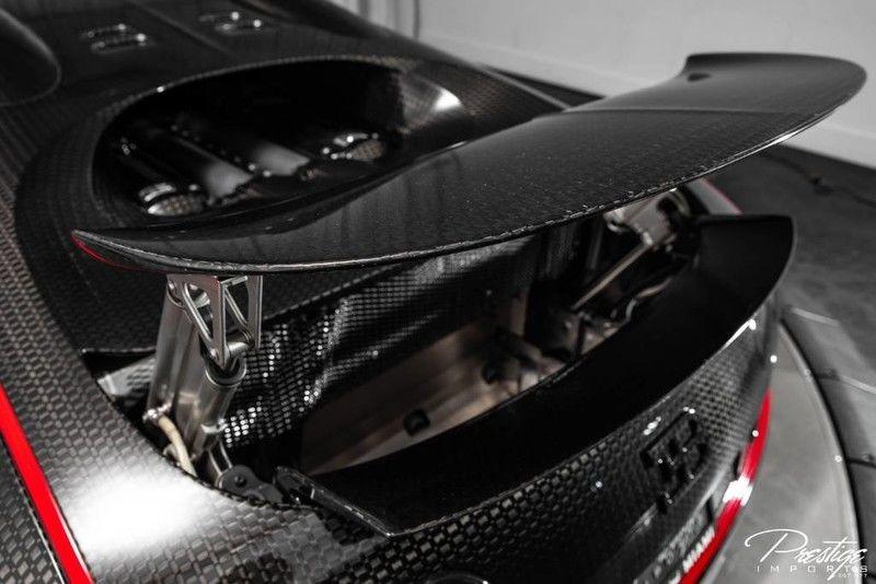 Nguyên bản, siêu xe triệu đô Bugatti Veyron được trang bị động cơ 16 xy-lanh xếp hình chữ W, dung tích 8 lít, 64 van, 4 trục cam, 4 bộ tăng áp, sản sinh công suất tối đa 1.001 mã lực và mô-men xoắn cực đại 1.250 Nm.