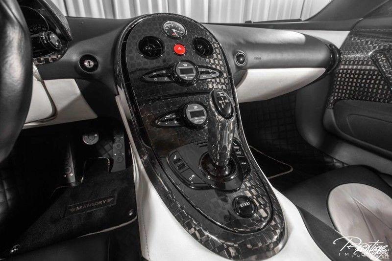 Ông hoàng tốc độ Bugatti Veyron chỉ mất thời gian 2,5 giây để tăng tốc lên 100 km/h từ vị trí xuất phát trước khi đạt vận tốc tối đa 408.84 km/h. Thời gian tăng tốc từ 0-100 km/h của Veyron nhanh gấp 3 lần một chiếc Toyota Vios thực hiện.