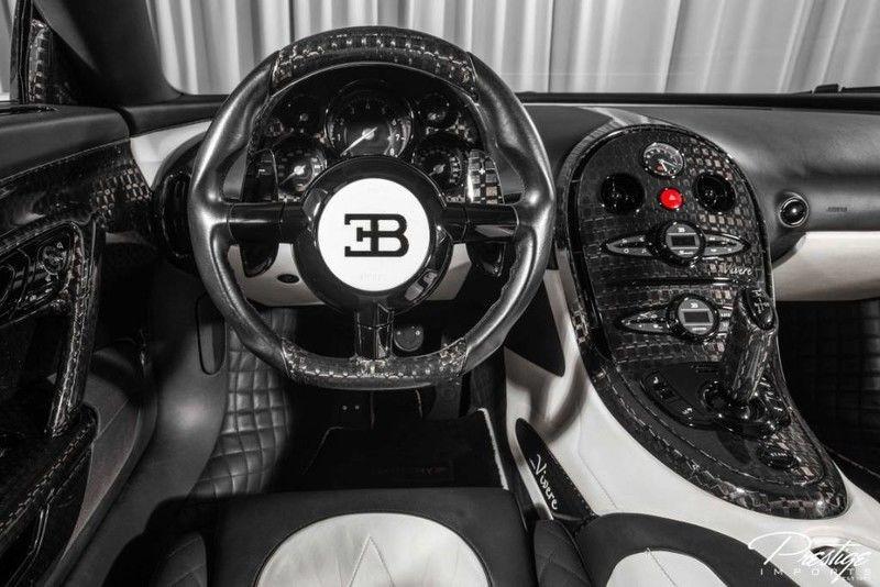 Nội thất xe có hai tông màu đối lập là trắng và đen của carbon. Mansory đã biến hai chiếc Bugatti Veyron Mansory Linea Vivere của mình trở nên không đụng hàng qua các chi tiết carbon sắc sảo và bắt mắt.