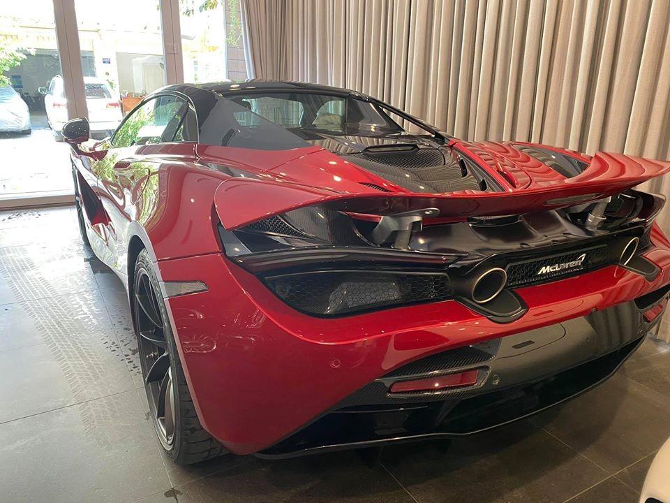 McLaren 720S Spider màu đỏ Memphis là xe thứ 3 về Việt Nam nhưng tốc độ thông quan nhanh hơn chiếc McLaren 720S Spider màu vàng