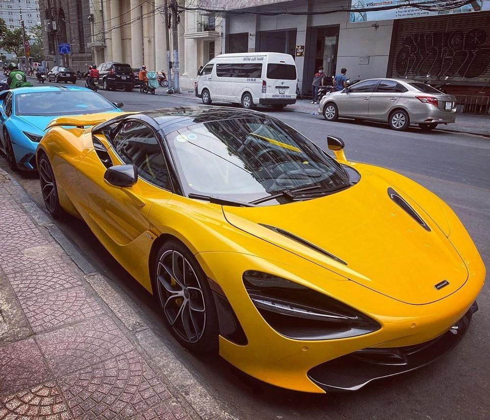 Siêu xe McLaren 720S Spider màu vàng dạo phố Sài thành trong mùa dịch Covid-19