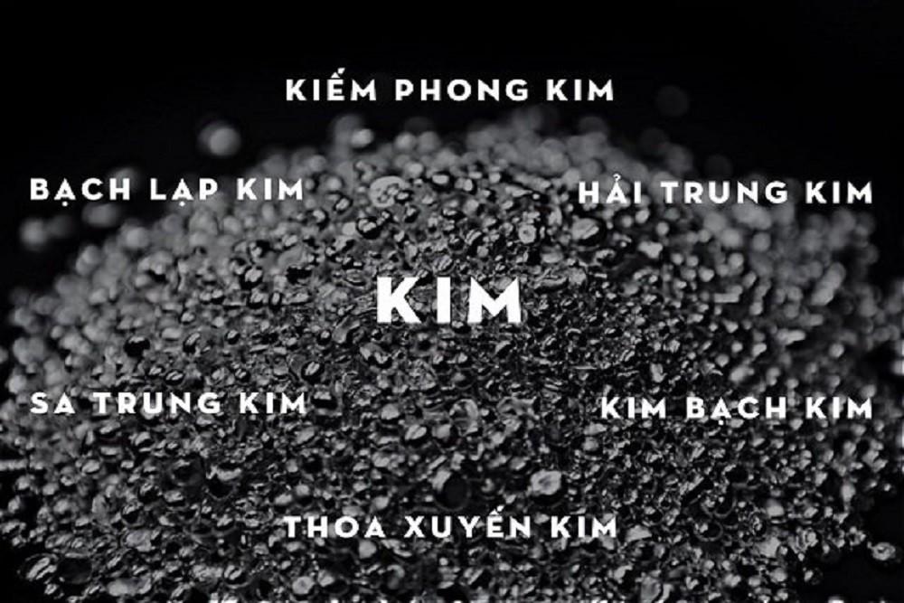 Mệnh Kim gồm 6 nạp âm là Bạch Lạp Kim, Kiếm Phong Kim, Hải Trung Kim, Thoa Xuyến Kim, Kim Bạch Kim, Sa Trung Kim