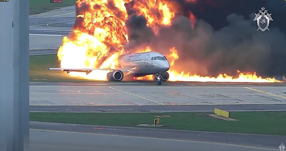 Hình ảnhcho thấy máy bay bốc cháy dữ dội khi đáp xuống đường băng