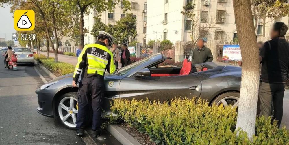 Người lái chiếc Ferrari Portofino méo mặt vì tiền sửa xe