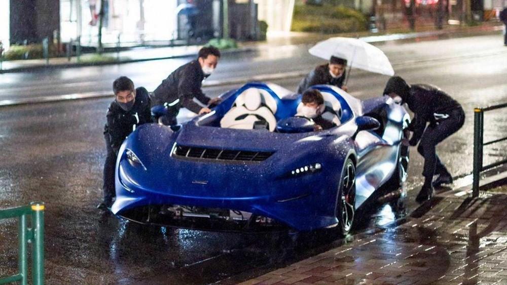 5 người đàn ông vật lộn với chiếc McLaren Elva trong cơn mưa lớn