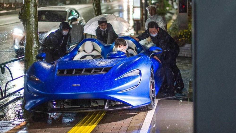 4 người đàn ông cùng nhau đẩy chiếc McLaren Elva