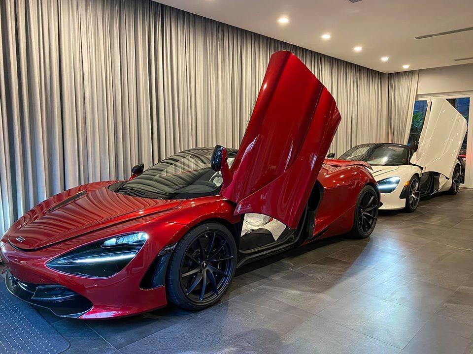 Chiếc McLaren 720S Spider màu đỏ Memphis và phía sau là người bạn mang màu trắng