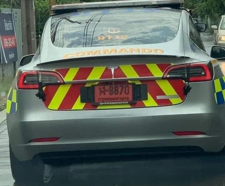 Một chiếc xe Tesla Model 3 trên đường phố Thái Lan trong vai trò xe cảnh sát tuần tra