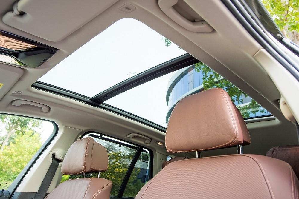 Cửa sổ trời toàn cảnh giúp khoang xe thoáng đãng, sang trọng hơn