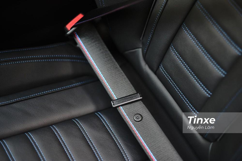 Nội thất của BMW 330i M Sport 2020 giờ có màu đen, ghế đổi sang loại thể thao với dây đai an toàn M Sport