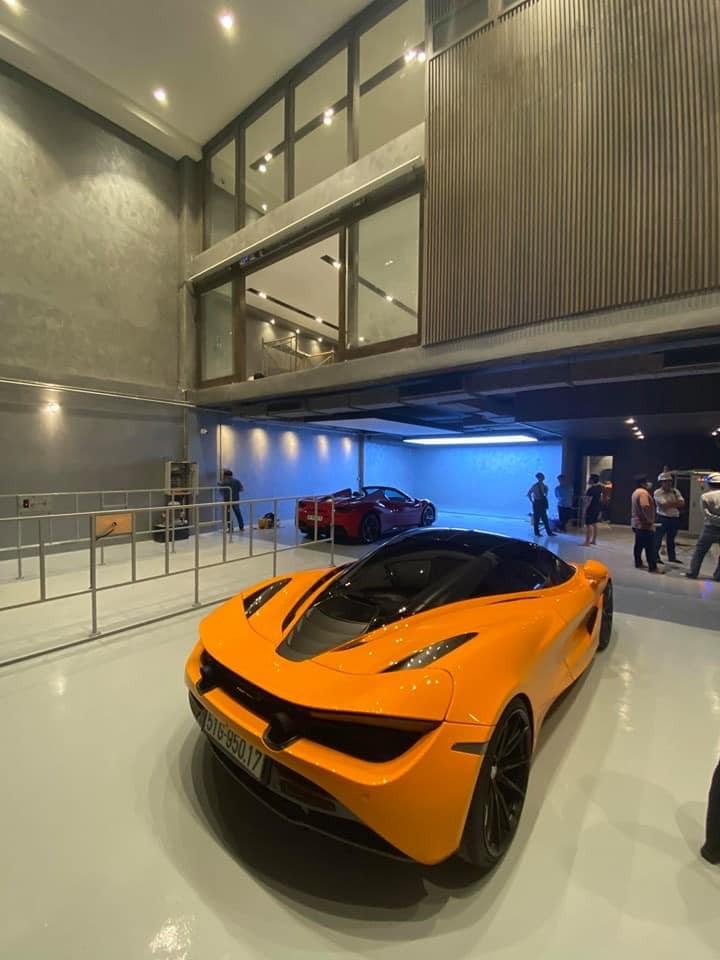 Siêu xe McLaren 720S màu cam của vợ chồng Cường Đô-la và phía xa là Ferrari 488 Spider