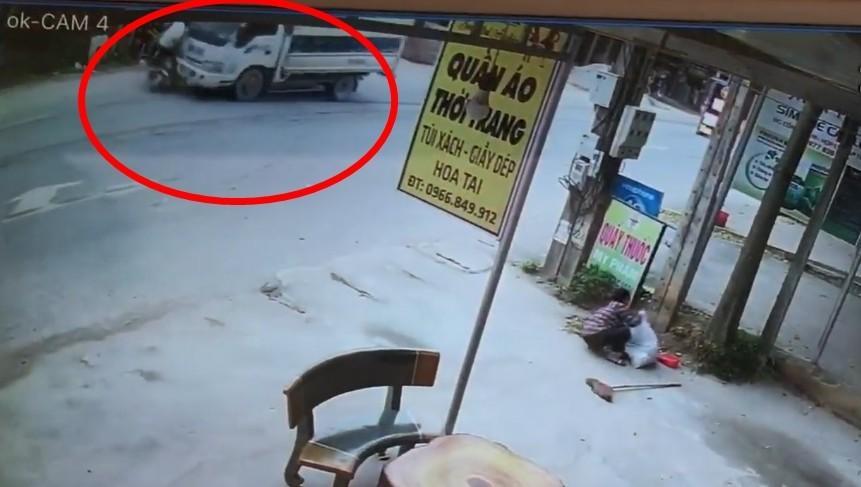 Ngay sau đó người này bị xe tải nhỏ chở hàng chạy hướng ngược lại tông trúng