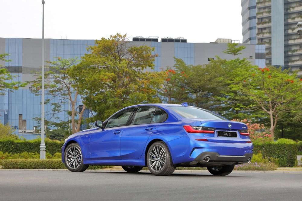 Kích thước tổng thể của BMW 330i M Sport 2020 là 4.079 x 1.827 x 1.435 mm (D x R x C)