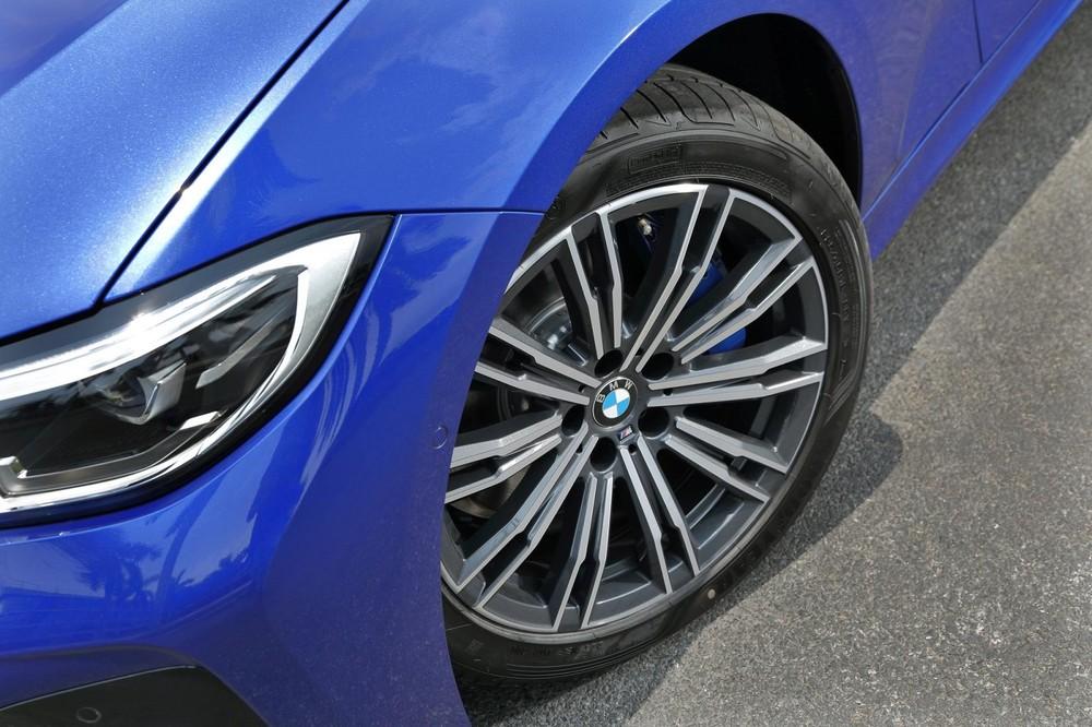Mâm hợp kim M Sport kích thước 18 inch đi kèm lốp run-flat hoàn thiện ngoại thất thể thao của BMW 330i M Sport 2020