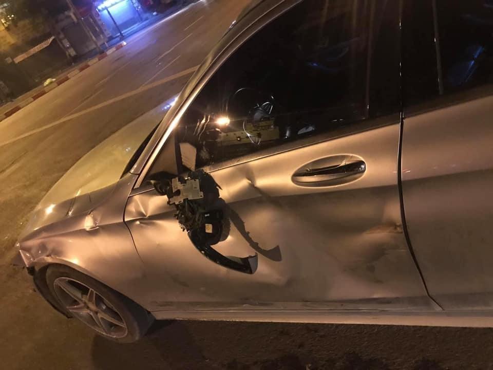 Chiếc ô tô Mercedes-Benz biến dạng sườn xe bên trái