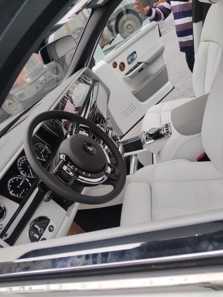 Hình ảnh nội thất của Rolls-Royce Phantom VIII mới về Việt Nam cho thấy xe thuộc bản Tranquillity chỉ có 25 xe sản xuất trên thế giới