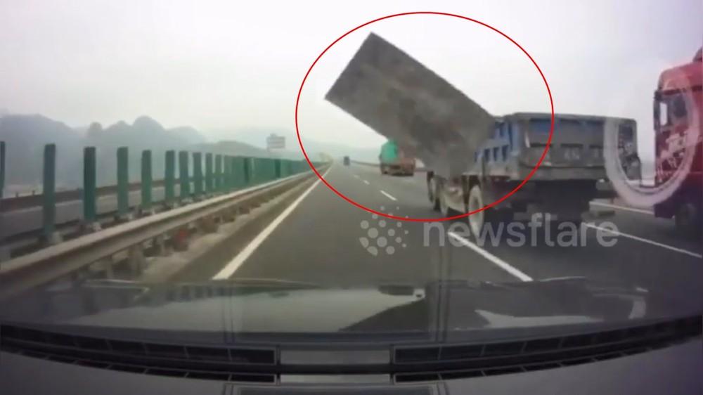 Tấm ván bay từ thùng xe tải