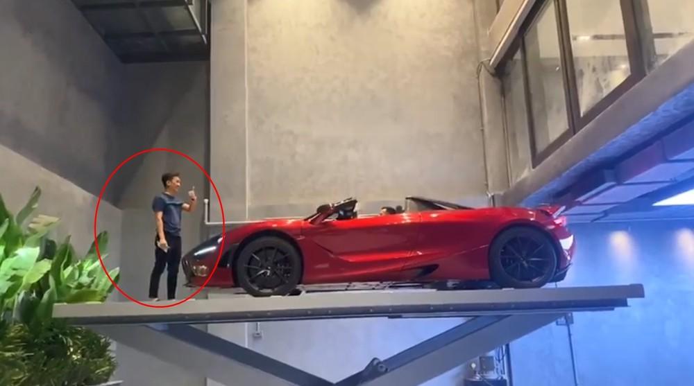 Cường Đô-la cùng người bạn sở hữu siêu xe mui trần McLaren 720S Spider trải nghiệm cầu nâng xe trong biệt thự của mình