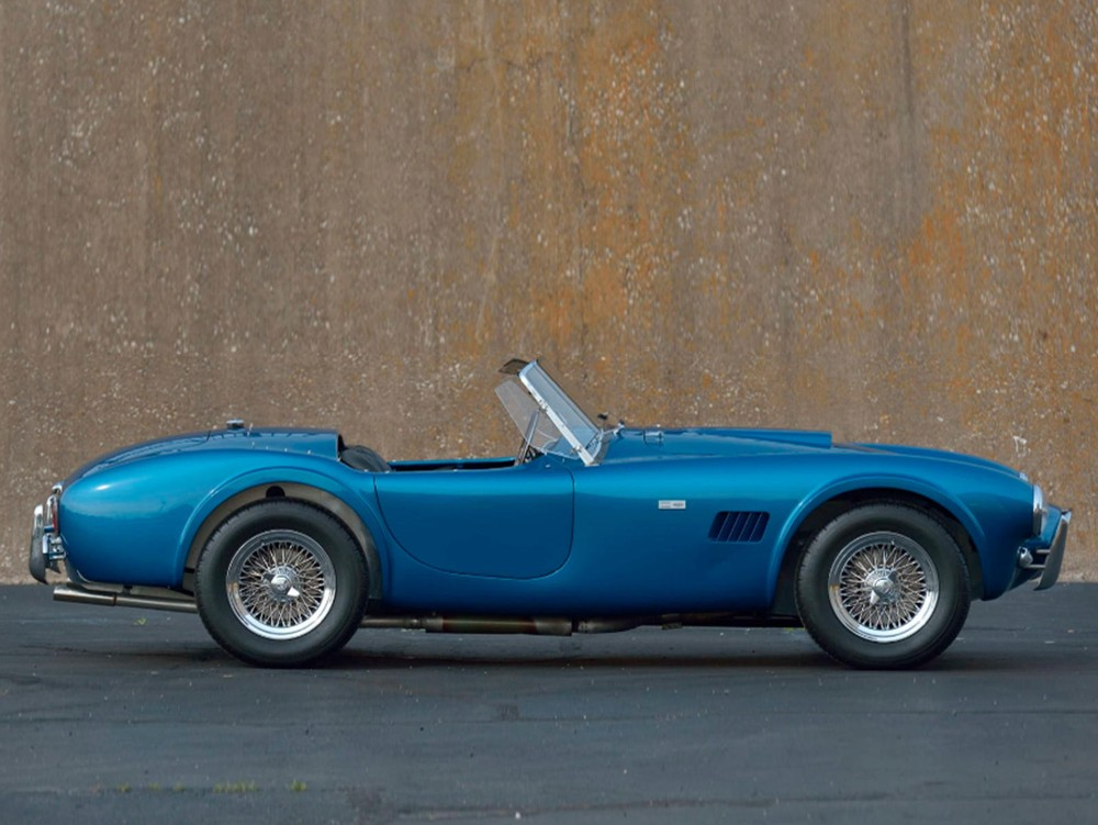 The side of the Shelby Cobra 289 1963