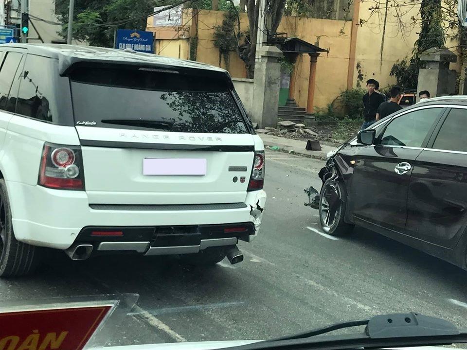 Thiệt hại của xe Range Rover và Kia Rondo sau va chạm ở một đèn tín hiệu giao thông tại Ninh Bình