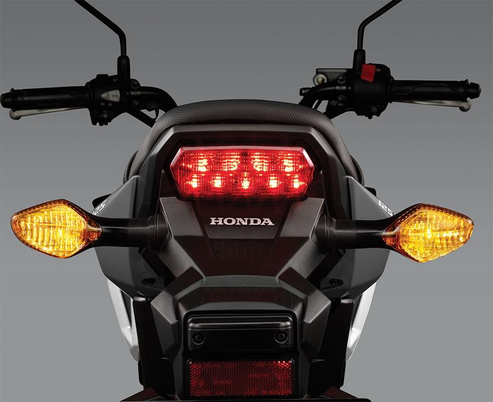 Thiết kế đèn hậu không đổi, sử dụng công nghệ LED
