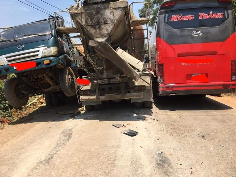 Chiếc ô tô tải chở gỗ bị bênh đầu lên khỏi mặt đất