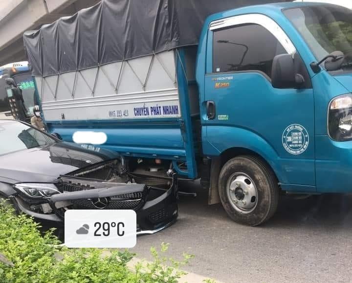 Bức ảnh vụ va chạm giữa xe tải với xe Mercedes-Benz này khiến cư dân mạng cho rằng xe tải vượt lên dẫn đến vụ va quẹt và tài xế xe tải được xác định có lỗi