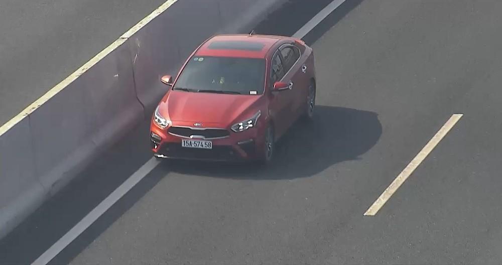 Chiếc Kia Cerato chạy ngược chiều trên làn có giới hạn tốc độ cao nhất của cao tốc Hà Nội - Hải Phòng