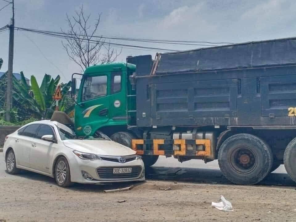 Chiếc Toyota Avalon bị hư hỏng khá nặng sau vụ tai nạn