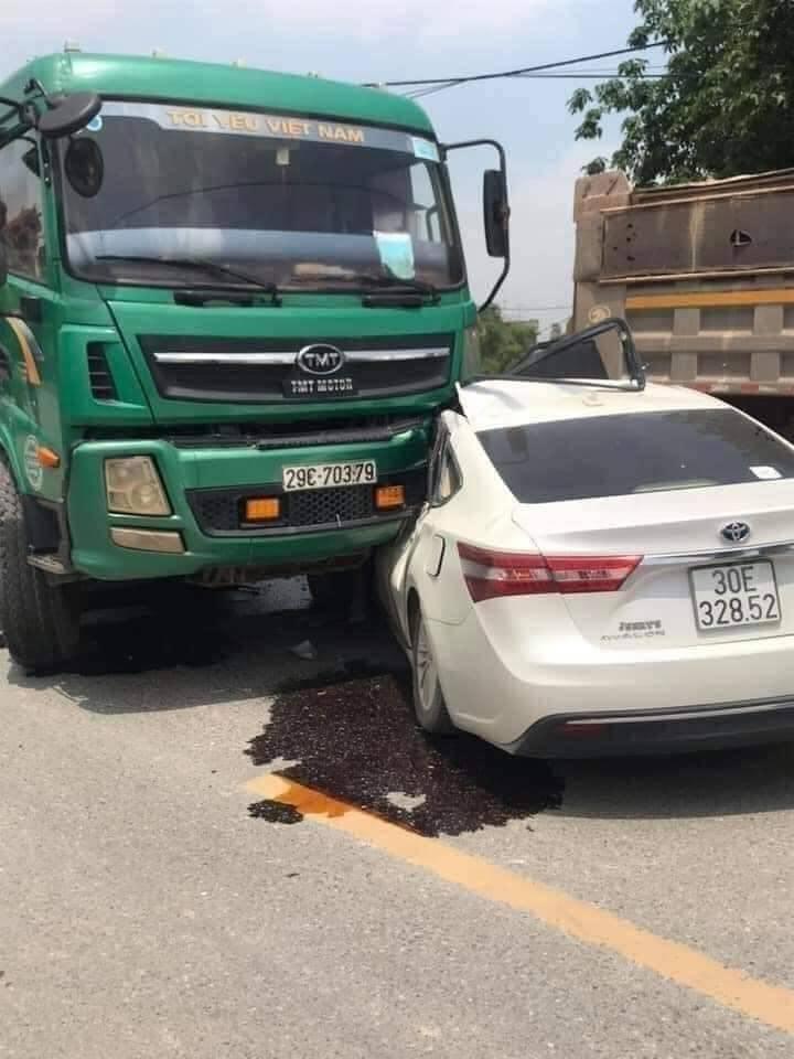 Vụ tai nạn khiến tài xế điều khiển chiếc Toyota Avalon bị thương nặng