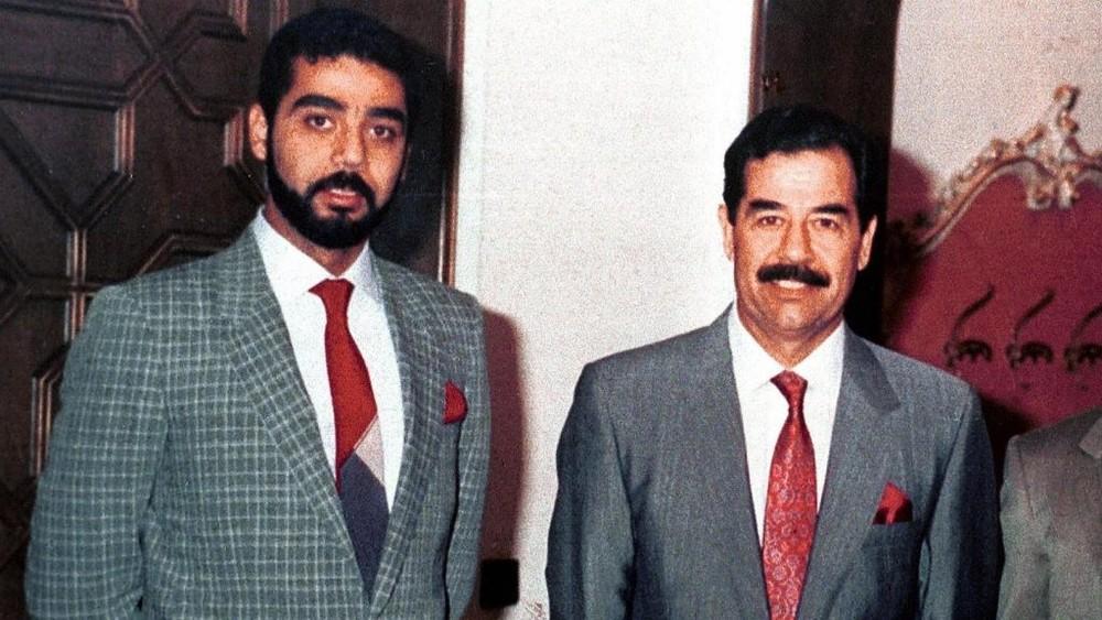 Uday Saddam Hussein chụp ảnh bên cha mình là cố Tổng thống Iraq