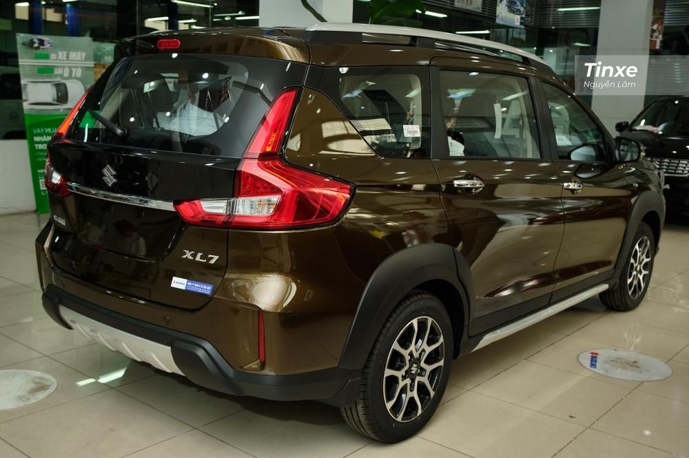 Khác với phần đầu xe, phần đuôi của Suzuki XL7 2020 có thiết kế gần như giống hoàn toàn so với Suzuki Ertiga, chỉ khác ở cản sau dày dặn có ốp bảo vệ trông khỏe khoắn hơn