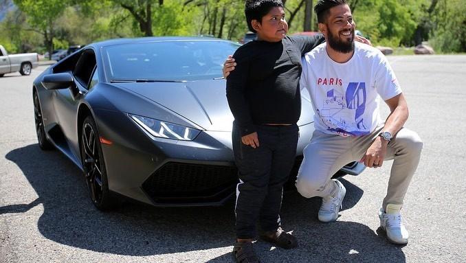 Adrian Zamarripa chụp ảnh cùng chủ nhân chiếc Lamborghini Huracan