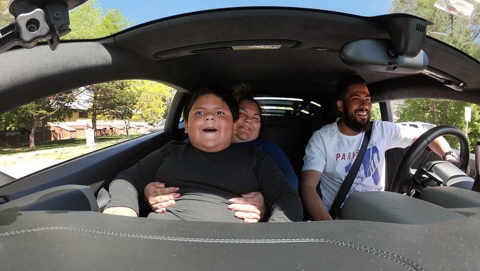 Và cùng mẹ cũng như chủ nhân chiếc Lamborghini Huracan trải nghiệm tốc độ trên đường