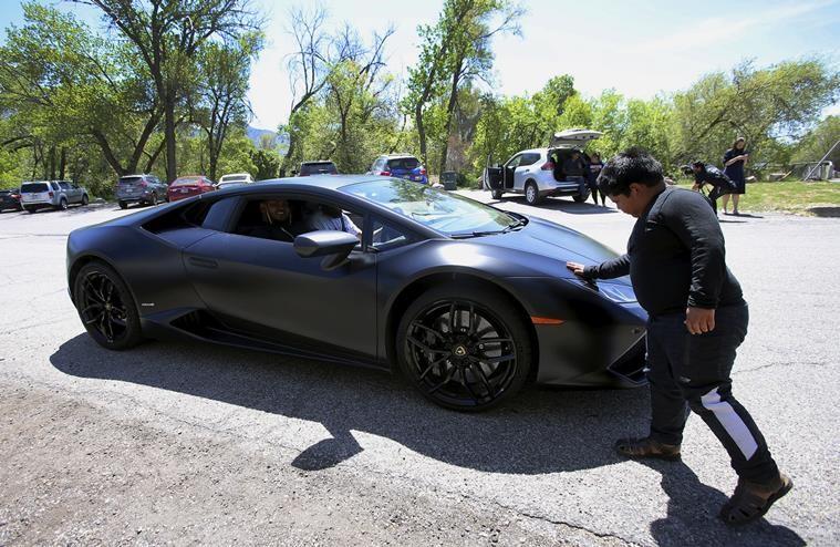 Adrian Zamarripa đang ngắm siêu xe Lamborghini ngoài đời thực