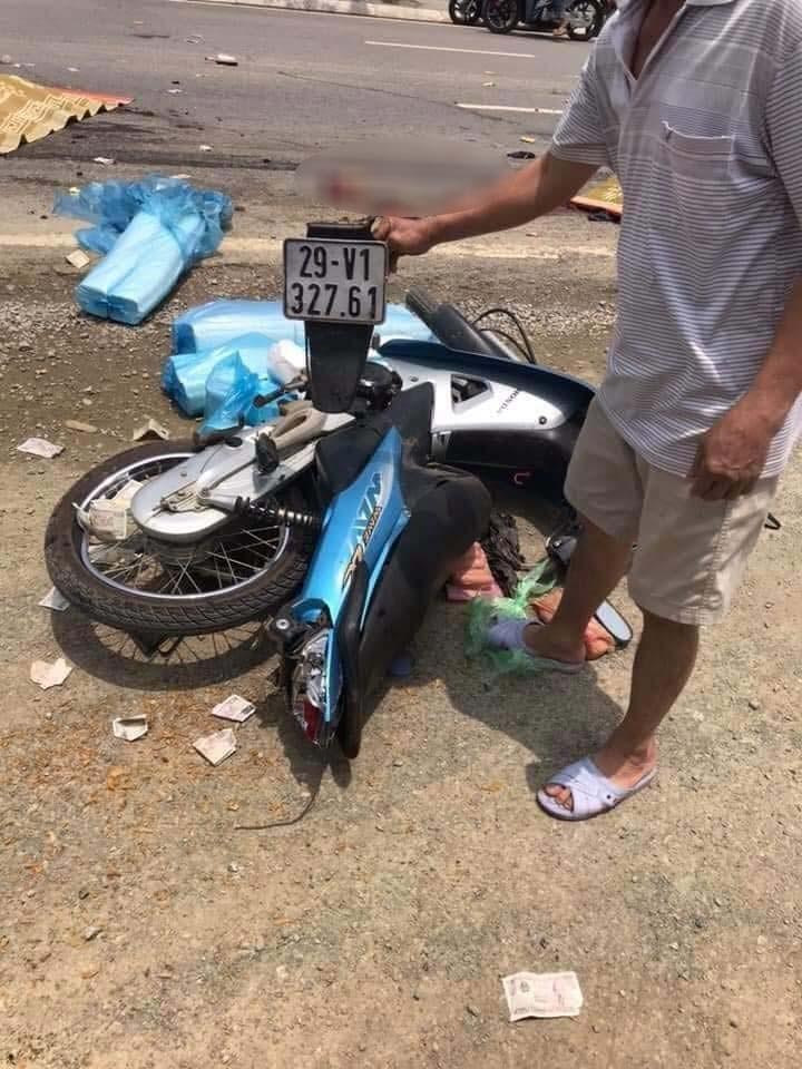 Chiếc xe máy của 2 mẹ con tại hiện trường vụ tai nạn