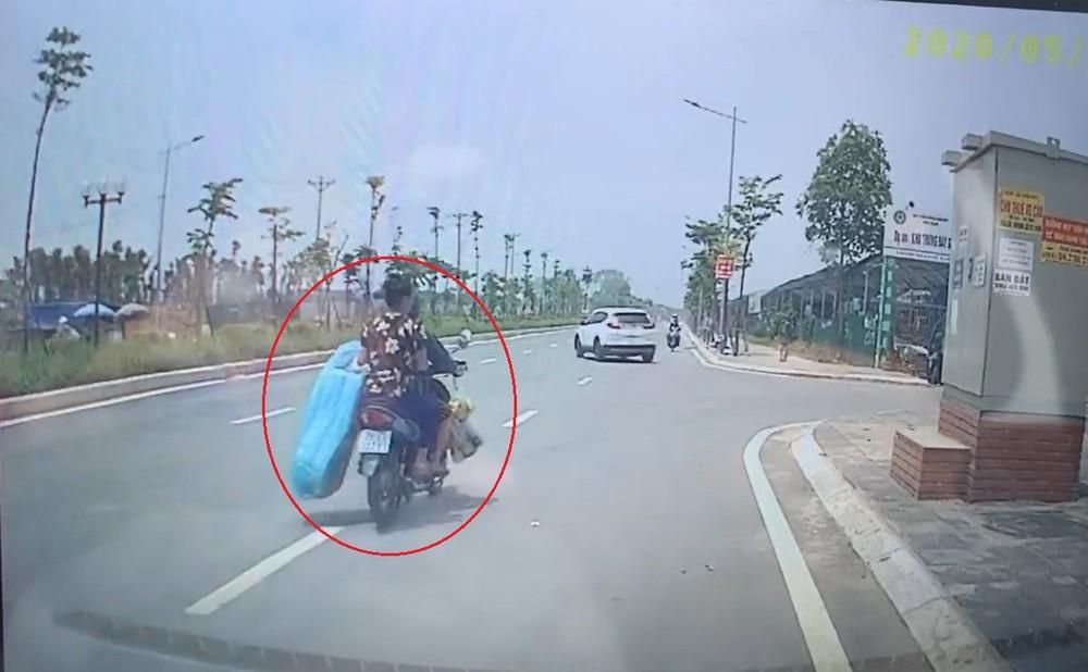 2 mẹ con đi xe máy trên đường BT trước khi vụ tai nạn xảy ra